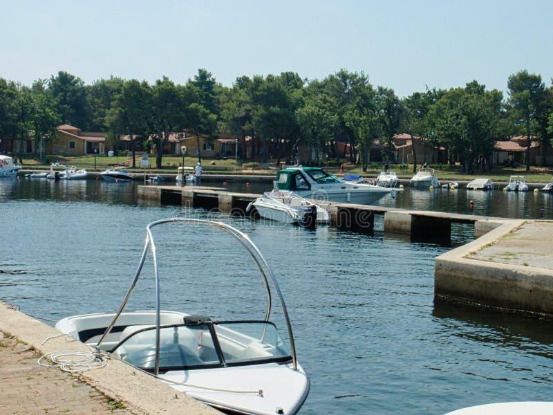 leere Boote am Pier lizenzfreies stockfoto