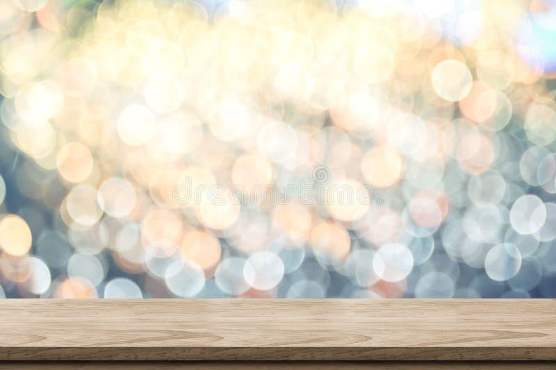 Leere braune hölzerne Tischplatte mit Unschärfefunkelndem weichem blaues und orange bokeh abstraktem Pastellhintergrund, panorami stockbild