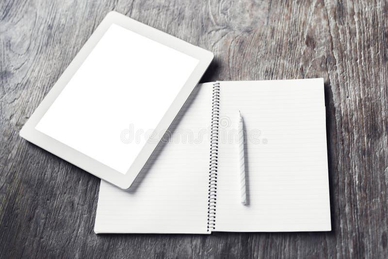 Leere digitale Tablette mit leerem Tagebuch und Bleistift auf einem hölzernen Vorsprung lizenzfreie stockbilder