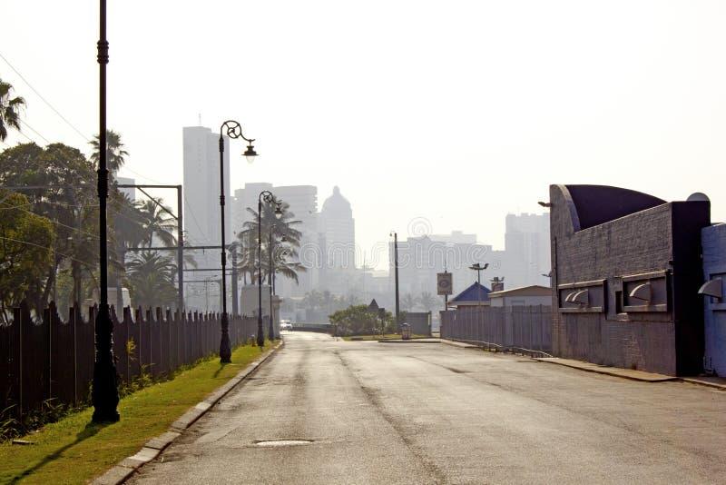 Leere Durban-Straße mit Skylinen lizenzfreie stockfotografie