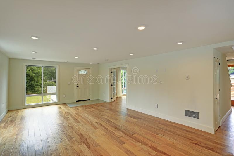 Leere Eingangshalle mit Poliermassivholzboden und weißen Wänden lizenzfreie stockfotos