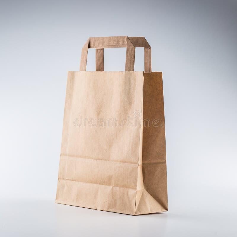 Leere Einkaufshandtasche der Nahaufnahme mit bereiten Papier auf Grauwal auf lizenzfreies stockbild