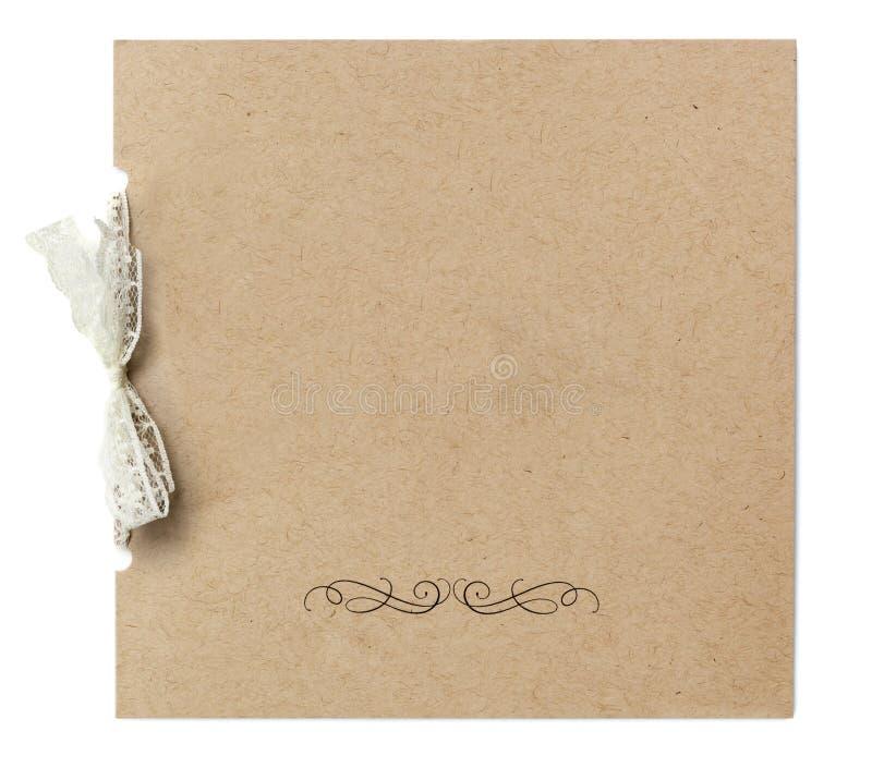 Leere Einladung gebunden mit dem Spitze-Band lokalisiert auf Weiß stockbild