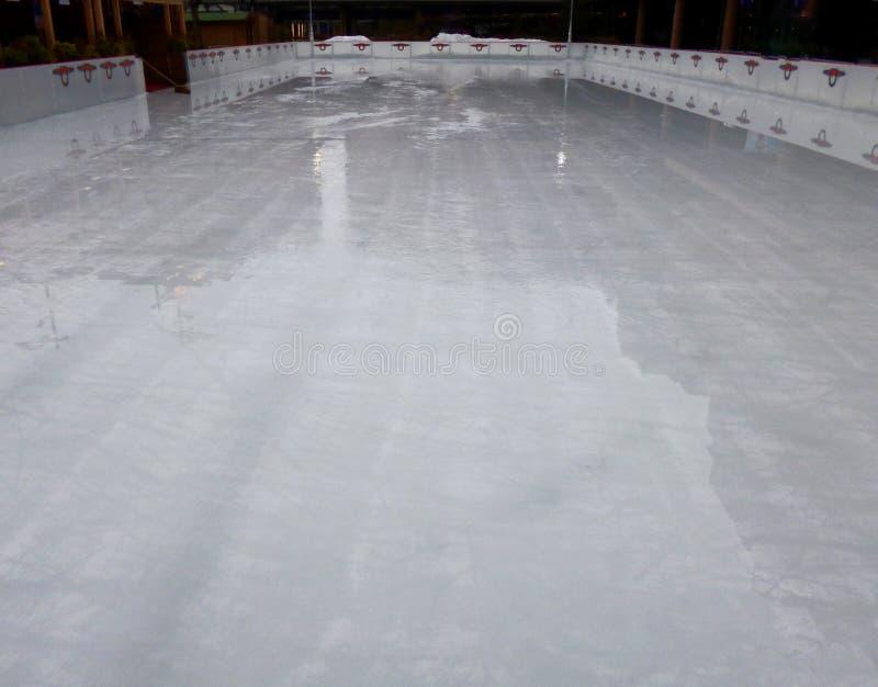 Leere Eisbahn, Eislaufarena lizenzfreie stockfotos