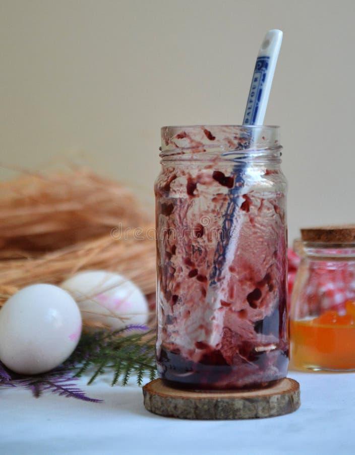 Leere Erdbeermarmelade mit Löffel Weiße Eier und kleine orangefarbene Konfitüre lizenzfreie stockfotos