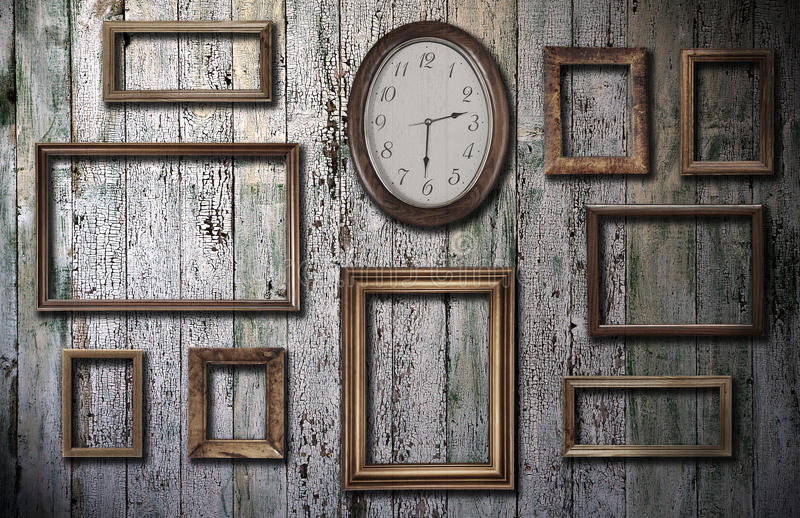 Leere Felder und Uhr auf hölzerner Wand stockfotos
