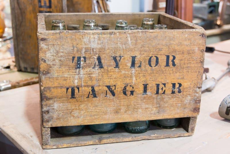 Leere Flaschen in der Weinlese wodden Kiste stockfotos