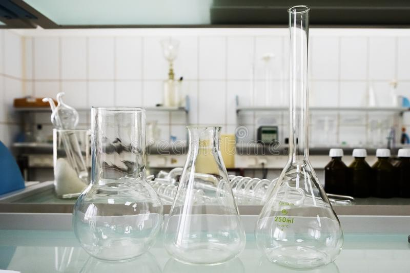 Leere Flaschen Laboranalyseausrüstung Chemisches Labor, Glaswarentestrohre lizenzfreie stockfotos