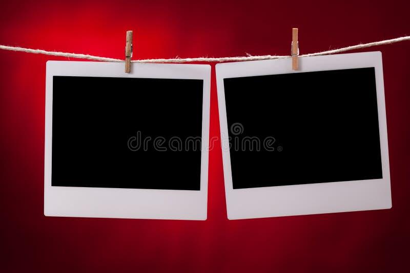 Leere Fotorahmen auf rotem Hintergrund lizenzfreie stockfotos