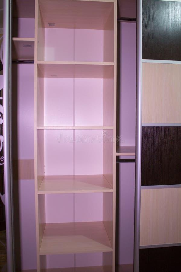 Leere Garderobe, leere Regale in der Garderobe für die Nacht stockfoto