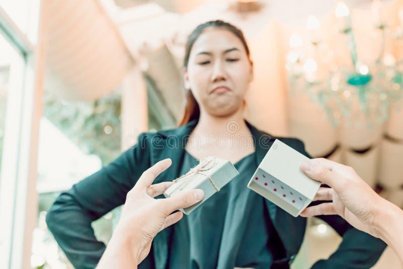 Leere Geschenkbox und Frauen des Handmanngriffs stellen verärgertes gegenüber lizenzfreie stockbilder