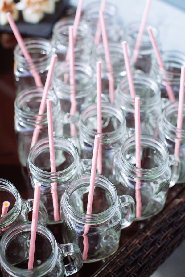Leere Gläser auf einem Bankettisch stockfotografie