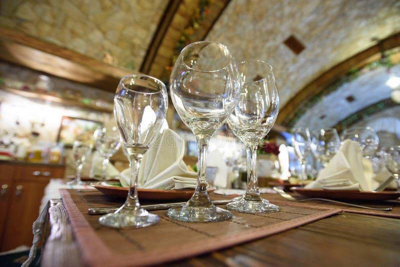 Leere Gläser auf Holztisch lizenzfreie stockfotos