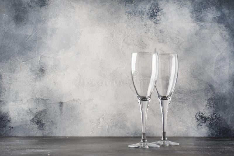 Leere Gläser für Champagner oder Sekt, grauer Hintergrund, Kopienraum, selektiver Fokus lizenzfreies stockbild
