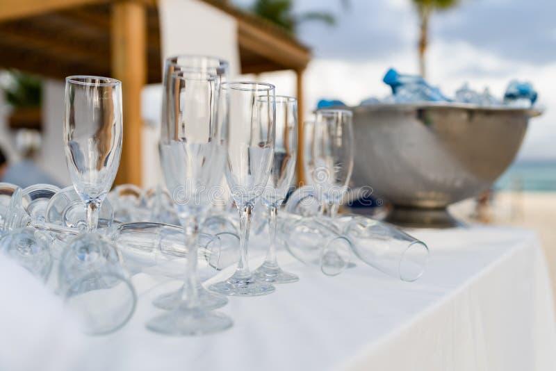 Leere Gläser vor Aufnahme mit Kühlvorrichtung im Hintergrund stockfotos