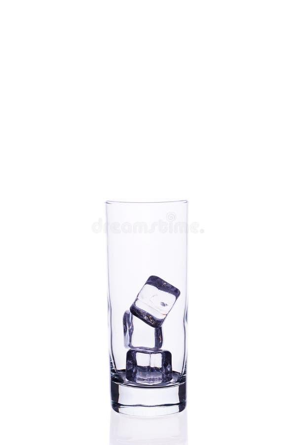 Leere Glasschale für Cocktaileiswürfel auf einem weißen Hintergrund lizenzfreies stockfoto