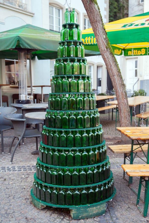 Leere grüne bottels in Form der Pyramide lizenzfreie stockfotos