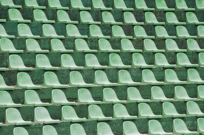 Leere grüne Zuschauersitze stockbilder
