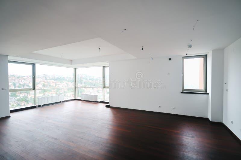 Leere große neue Wohnung stockfoto