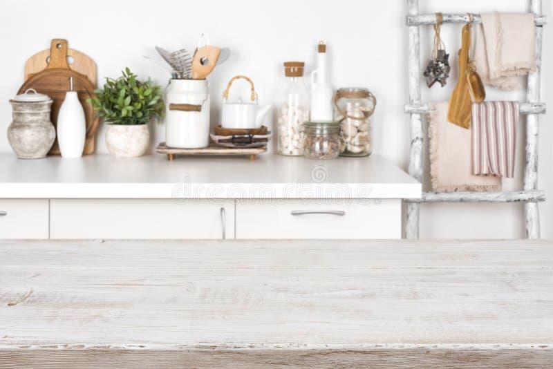Leere hölzerne Beschaffenheitstabelle mit unscharfem Bild des Kücheninnenraums lizenzfreie stockfotografie