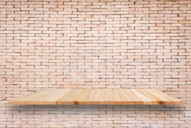 Leere hölzerne Regale und Backsteinmauerhintergrund Für Produkt-DISP stockbilder