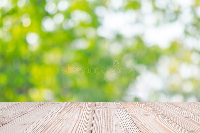 Leere hölzerne Tabelle auf grünem natürlichem Hintergrund im Garten im Freien Verspotten Sie oben für Ihre Produktanzeige oder -M stockfotos