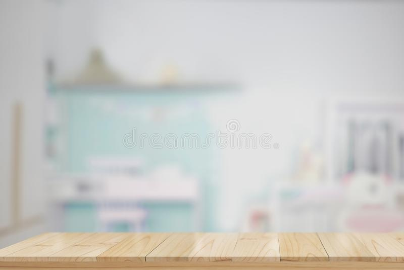 Leere hölzerne Tabelle im Kinderraum lizenzfreies stockfoto