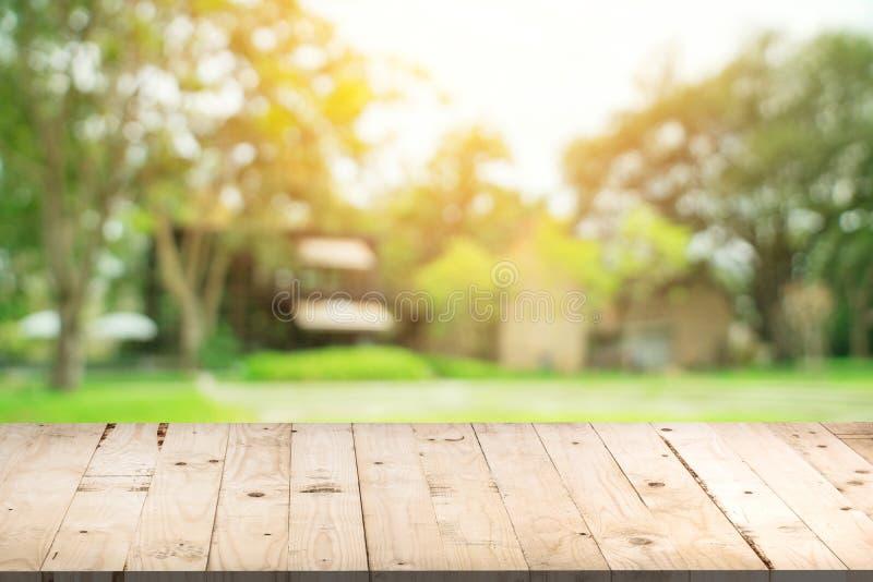 Leere hölzerne Tabelle und defocused bokeh und Unschärfehintergrund von Gard lizenzfreies stockbild