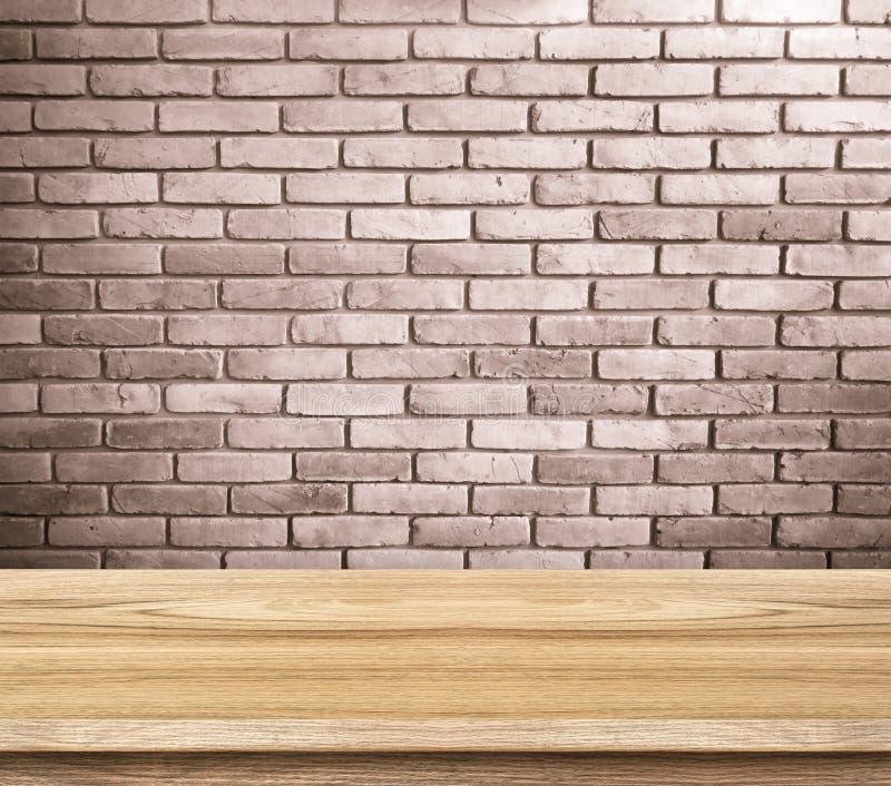Leere hölzerne Tabellen- und Backsteinwand im Hintergrund Produkt verlegen stockbilder