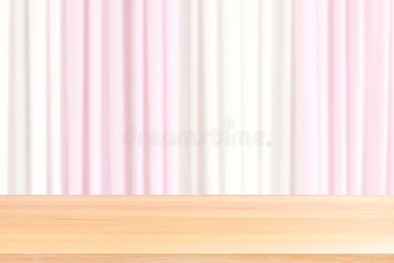Leere hölzerne Tabellenböden auf unscharfem hellrosa und weißem Vorhang des Gewebehochzeits-Hintergrundes, hölzernes leeres vorde lizenzfreie stockbilder