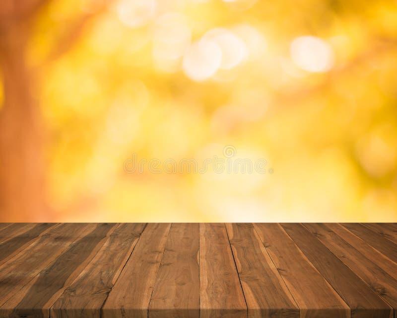 Leere hölzerne Tischplatte auf unscharfem abstraktem Herbsthintergrund lizenzfreie stockfotos