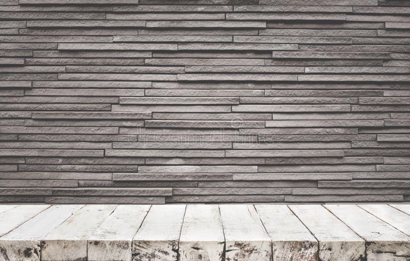 Leere hölzerne Tischplatte mit Backsteinmauer lizenzfreie stockfotos