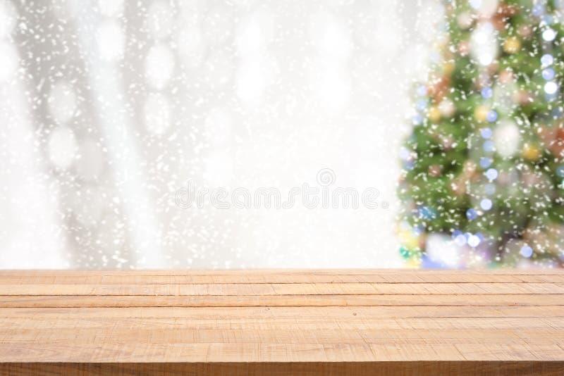 Leere hölzerne Tischplatte mit mit Kiefer im Schneefall des Morgenwintersaisonhintergrundes lizenzfreies stockfoto