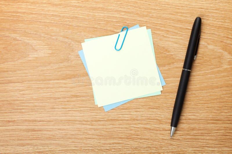 Leere Haftnotiz mit Stift lizenzfreies stockfoto