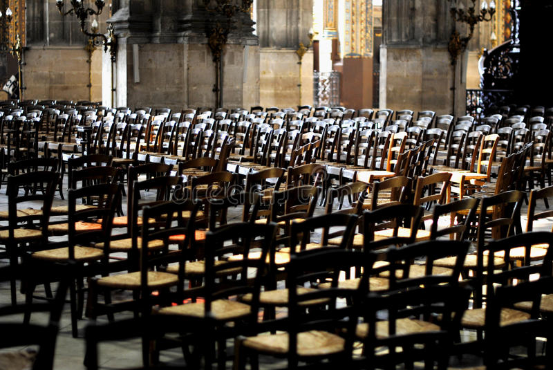 Leere Halle in einer Kirche stockfotografie