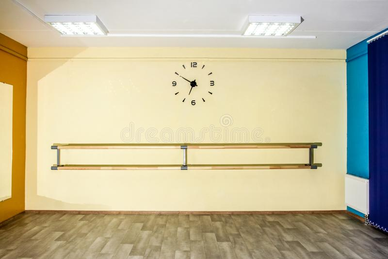 Leere Hallentanzhalle mit Uhr auf der Wand lizenzfreies stockfoto