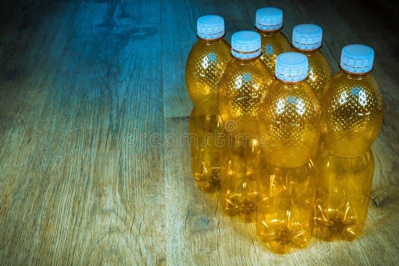 Leere HAUSTIER-Flaschen auf hölzernem Hintergrund lizenzfreie stockbilder