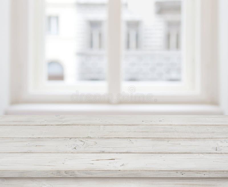 Leere Holztischspitze für Produktanzeige über unscharfem Fenster stockbild