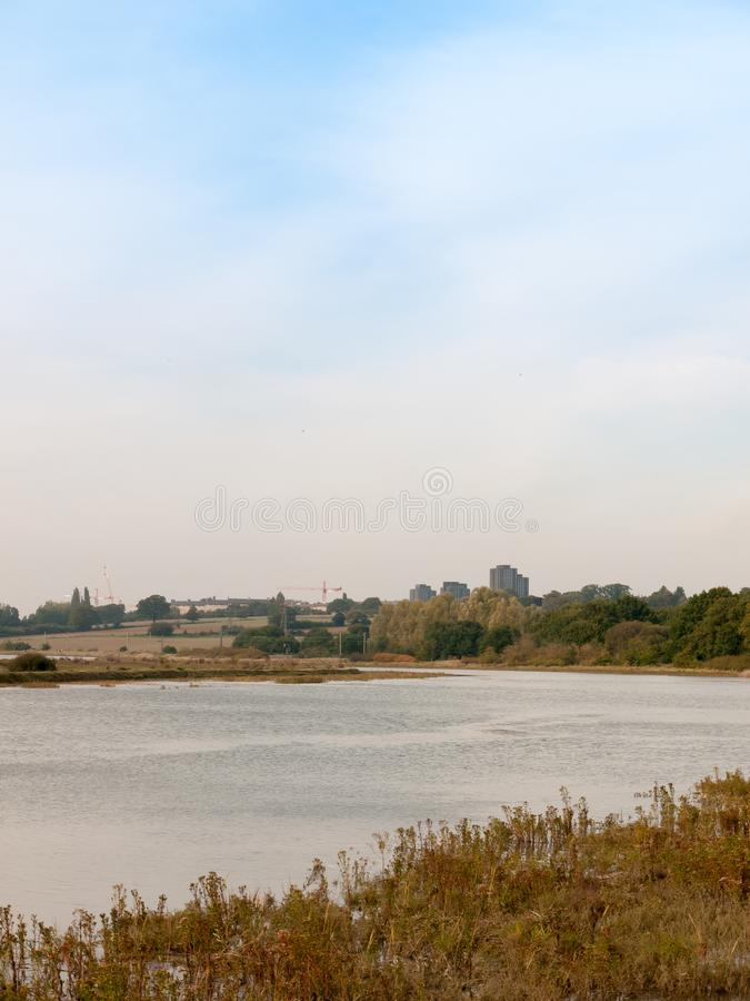 Leere Küste des Flussstromszenen-Herbstes außerhalb Wassermeer-Essex-UNO stockbild