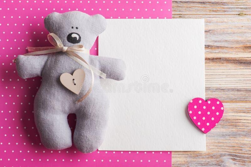 Leere Karte auf rosa Hintergrund mit Teddybären stockbilder