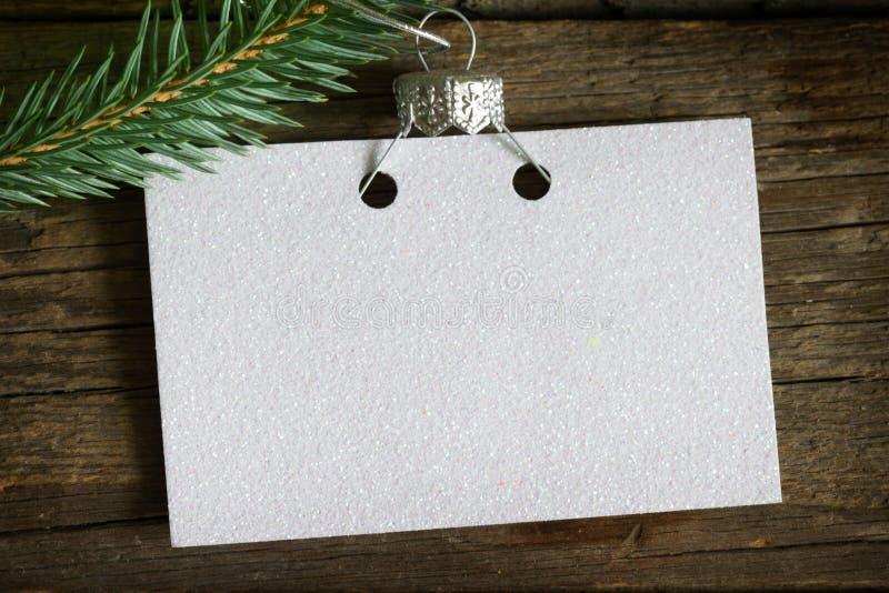 Leere Karte des Einladungsgeschäfts auf dem Weihnachtsbaum-Zusammenfassungshintergrundkonzept lizenzfreies stockbild