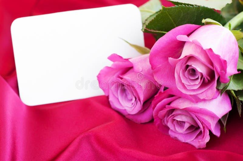 Leere Karte für Ihre Meldung und rosa Rosen stockbilder