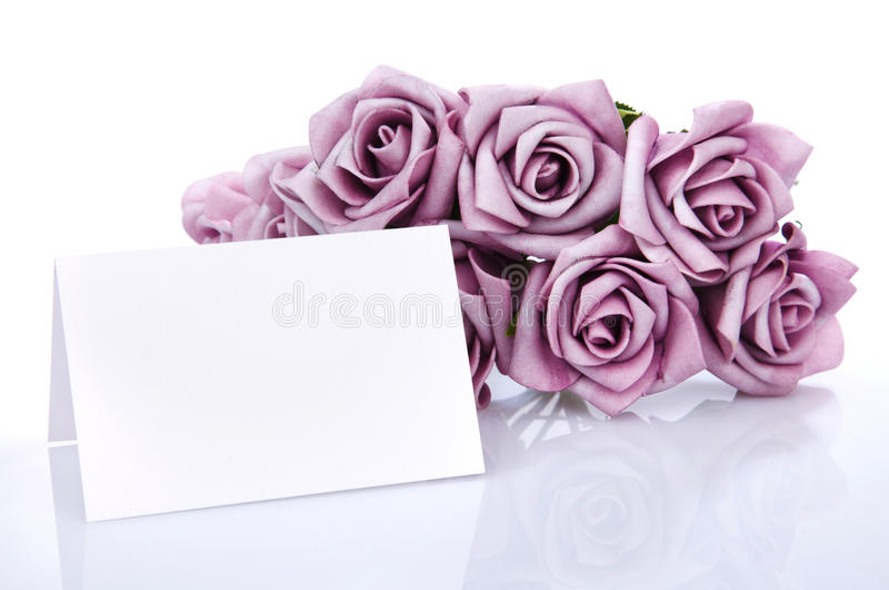 Leere Karte mit purpurroten Blumen stockfotografie