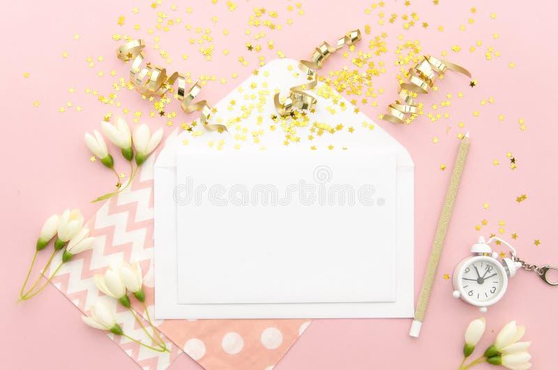 Leere Karte mit Umschlag, Goldkonfettis und Wecker Modell-Schablone Ansicht von oben lizenzfreie stockfotografie