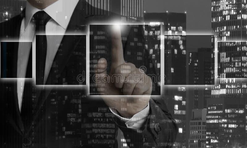 Leere Kastenschablone wird durch Geschäftsmannkonzept gezeigt stockfoto