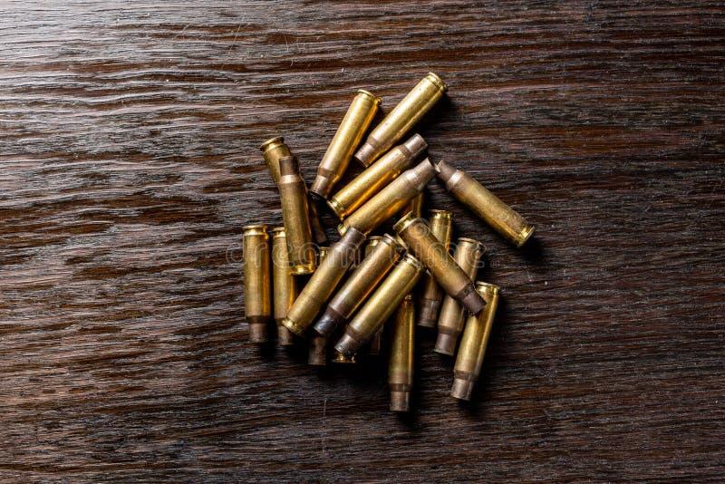 Leere Kugelgeh?use auf einer Dunkelheit, Holztisch stockfoto