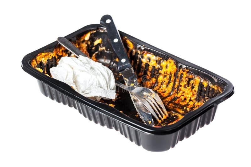 Leere Kunststoffschale mit Überresten einer premade Lasagne stockbild