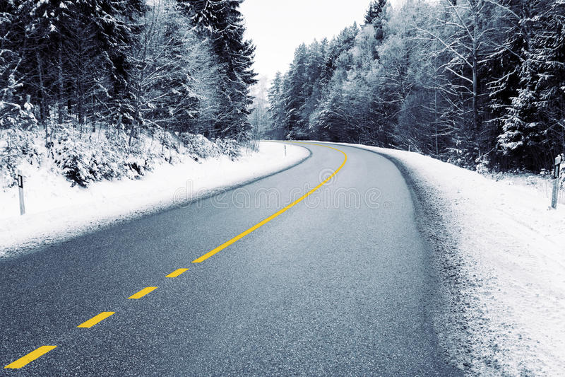 Leere Landstraße im Winter lizenzfreie stockfotos