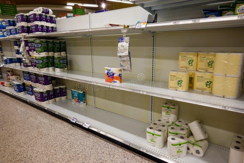 Leere Lebensmittelläden mit Toilettenpapier vor einem Hurrikan oder Schneesturm lizenzfreies stockfoto