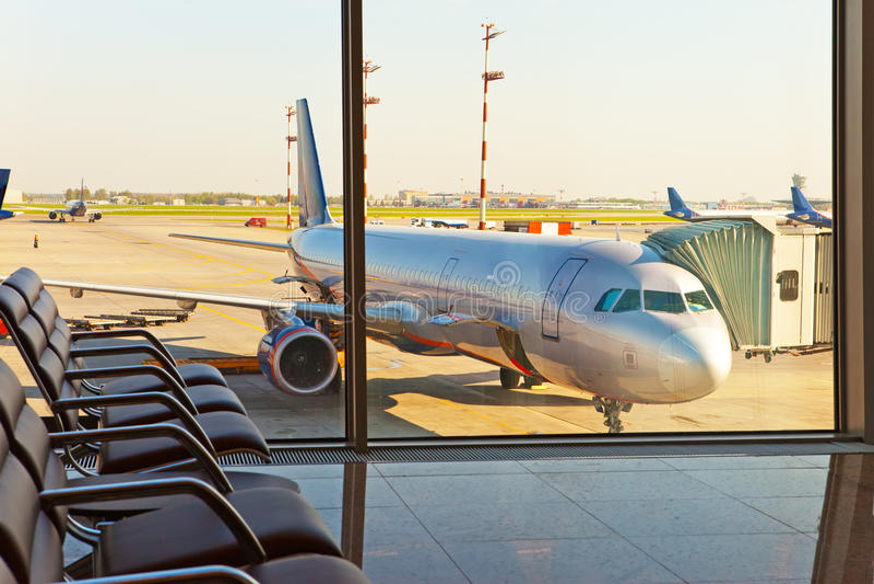 Leere Lehnsessel in der Halle der Erwartung des Flughafens stockbild